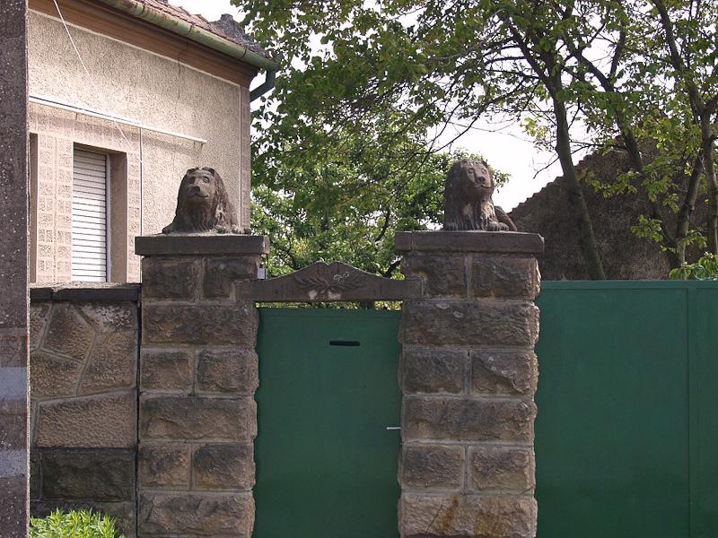 Faragott kiskapu oroszlánokkal. Asztalos József munkája 1946. Tarnaszentmária
