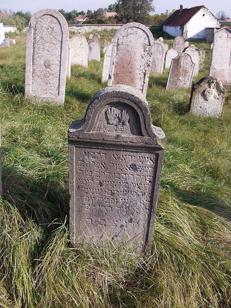 Síremlék a verpeléti zsidó temetőből.