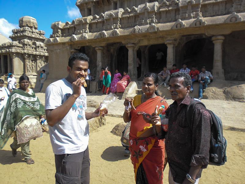 Kürtőskalácsot kóstolgató helybeliek. Mamallapuram, India. 2012. Kovács Dénes felvétele