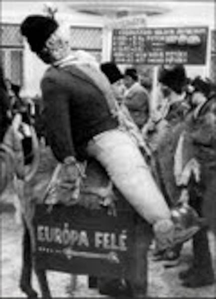 A kép címe: Útban Európa felé, Kézdivásárhely, 1999, Dimény Attila fotója